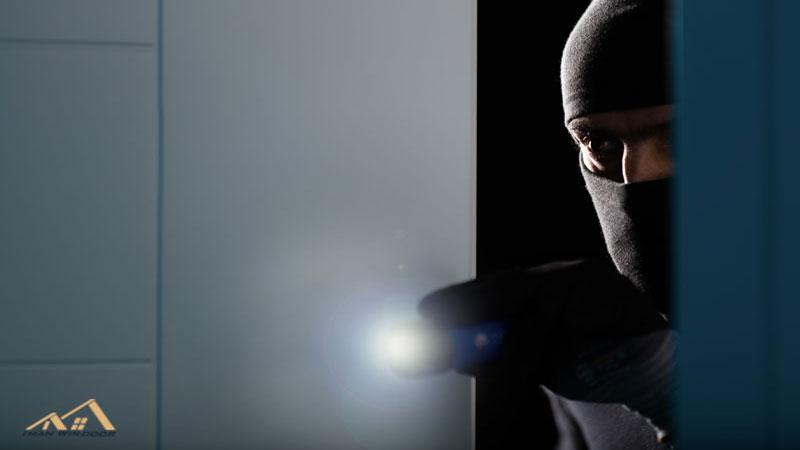 چگونه منزل خود را در برابر دزدی ایمن کنیم؟